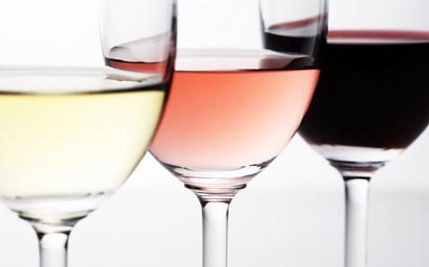 采用白葡萄品种酿造,或是红葡萄品种不带皮发酵; c) 桃红葡萄酒:酒液